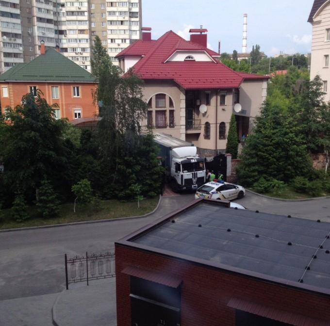 У соцмережах розгорається скандал із генералом ЗСУ і фурою дров: опубліковані фото (2)