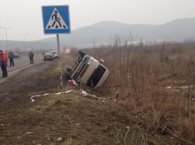 Автобус с пассажирами перевернулся на Закарпатье: опубликованы фото (1)