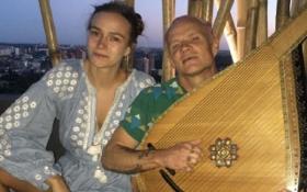 Участник легендарной американской группы сменил гитару на бандуру: опубликованы фото и видео