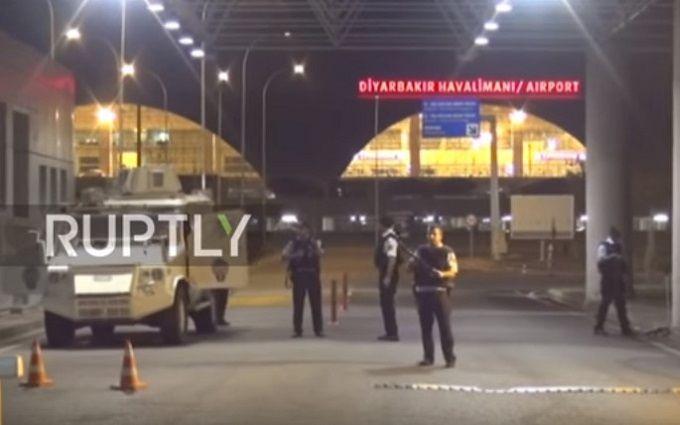 У Туреччині аеропорт зазнав ракетного обстрілу: опубліковані відео