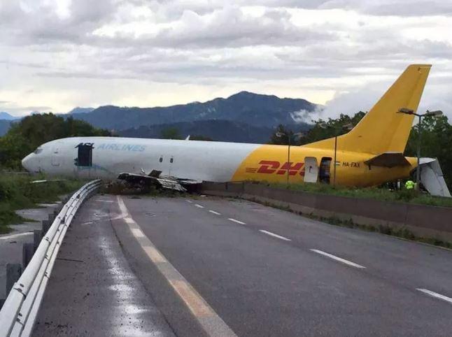 В Італії літак впав прямо на дорогу: з'явилися вражаючі фото (1)