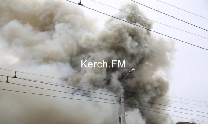 В оккупированной Керчи вспыхнул масштабный пожар - первые фото и видео (3)