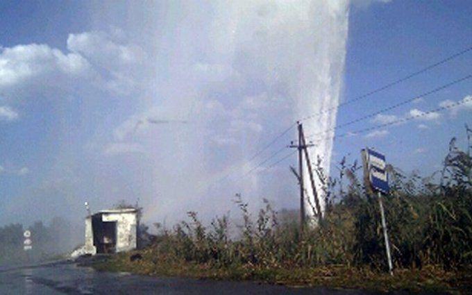 У блокпоста под Славянском из земли забил огромный фонтан: появились фото и видео