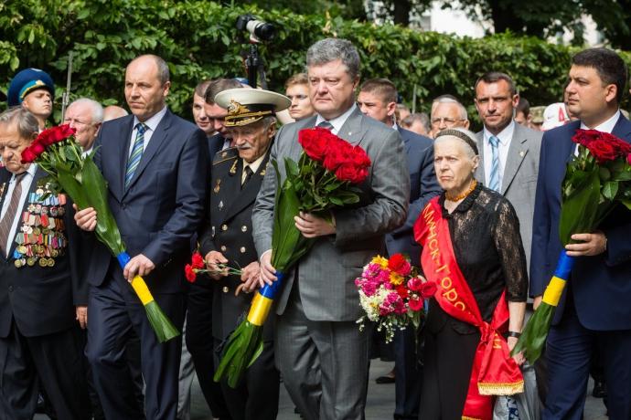 Порошенко з Парубієм і Гройсманом вшанували пам'ять жертв війни: опубліковані фото (1)