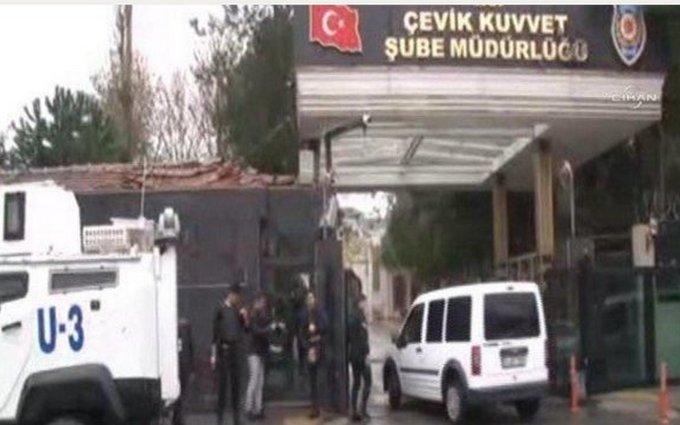 В Стамбуле две вооруженные женщины напали на полицейский участок: опубликовано видео