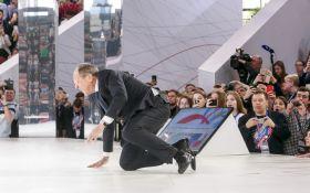 Впав на коліна: з'явилося відео конфузу Лаврова на форумі в Москві