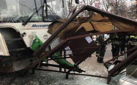 В Москве автобус влетел в остановку, есть жертвы: опубликовано видео