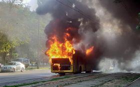 В Києві спалахнув автобус: опубліковані шокуючі фото та відео