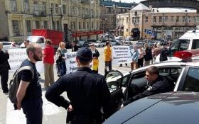 У центрі Києва обурені будівництвом мешканці перекрили рух: з'явилися відео та фото