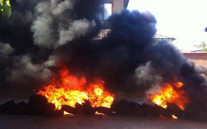 Біля будинку віце-прем'єра підпалили і одразу загасили шини: з'явилися фото