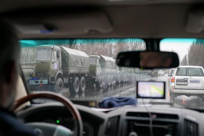 У оккупированного Луганска заметили колонну военной техники: опубликовано видео (1)