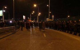 У Києві протестуючі проти скандальної забудови перекрили дорогу, сталася трагедія: з'явилися фото і відео