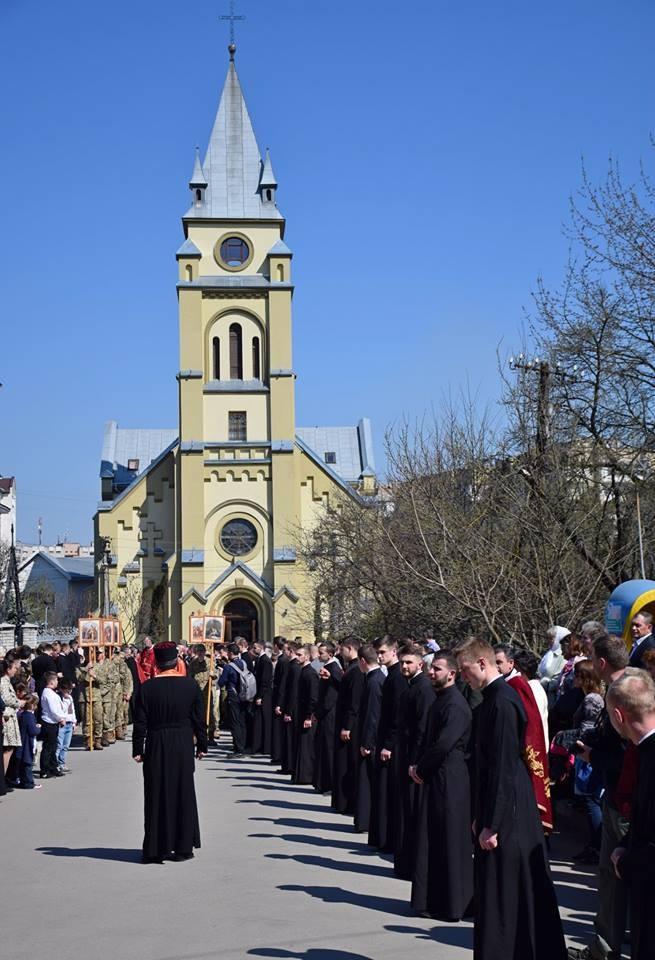 На Прикарпатье прошел масштабный крестный ход за победу и мир: появилось впечатляющее видео (3)
