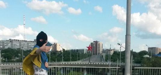 Сміливці відзначають день прапора України в окупованому Луганську: з'явилися фото (1)