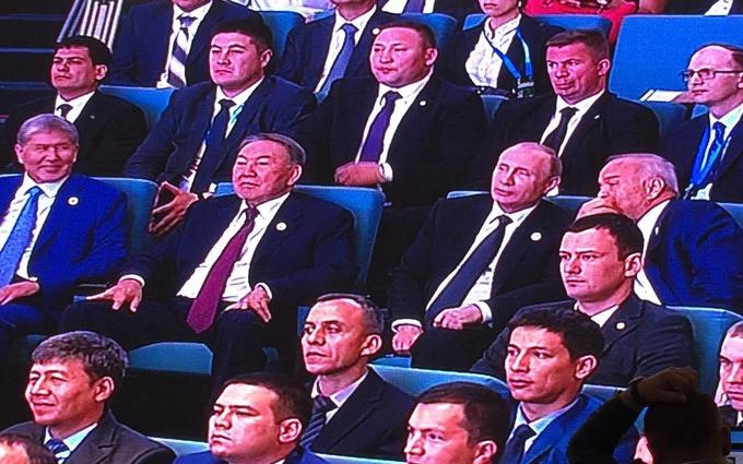 Путін з дивною посмішкою спостерігав концерт східних пісень: опубліковано фото