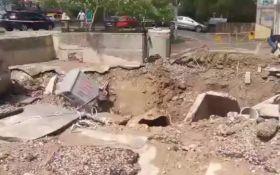 У Києві після прориву труби фонтан води досяг 7-го поверху, потрощена техніка та авто: з'явилося відео