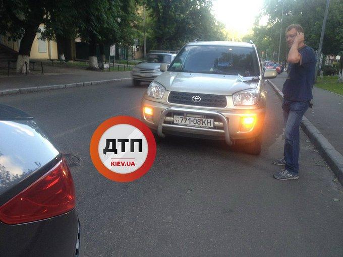 У Києві фантастично п'яний водій влетів у авто з дитиною: з'явилося відео (1)