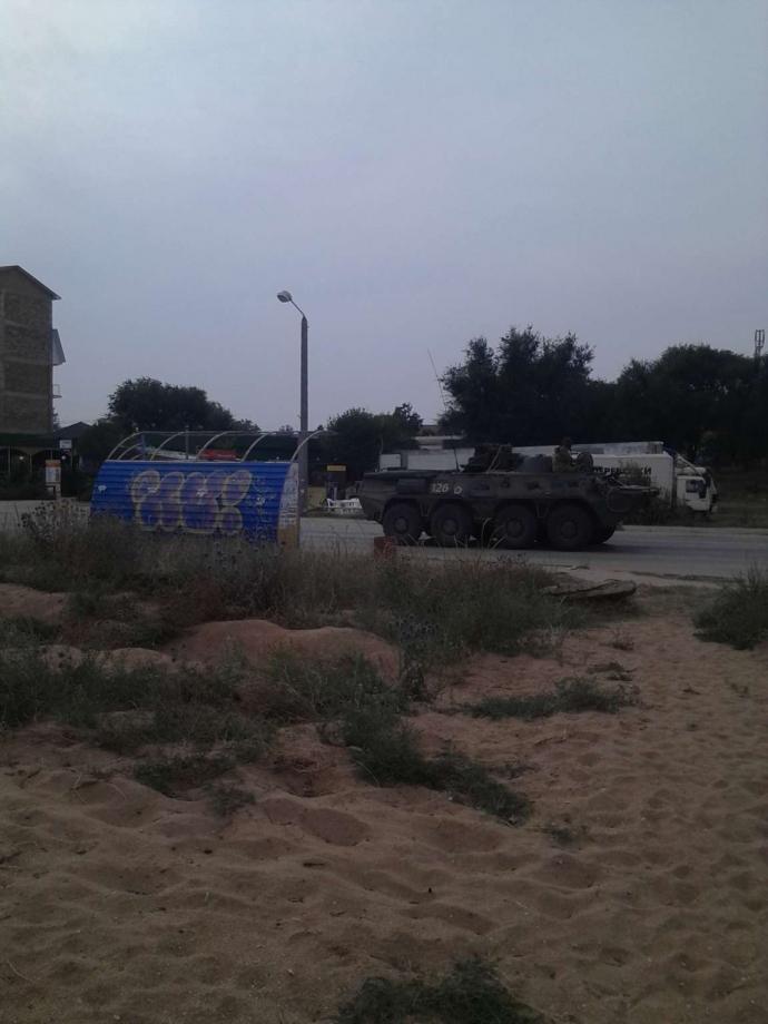 Колони БТР уздовж пляжів: з'явилися нові фото техніки Путіна в Криму (1)