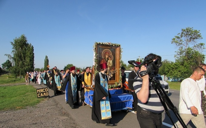 Хресній ході УПЦ МП влаштували патріотичну зустріч: опубліковані фото і відео