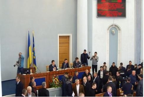В Черкасском облсовете подрались из-за языка: появились фото и видео (1)