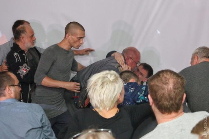 На зустрічі з російським художником в Одесі відомий блогер влаштував різанину, є загиблий: з'явилися фото (1)