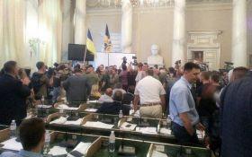 В здание Львовского облсовета ворвалась сотня молодых людей - СМИ