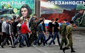 В России депутат избил школьника, чтобы подготовить к армии: соцсети взорвались