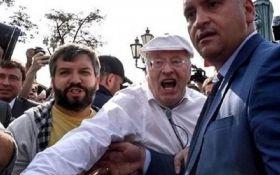 Ты будешь истекать кровью: Жириновский ударил человека на акции протеста в РФ