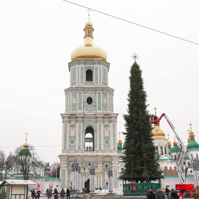 В Киеве уже установлена главная елка страны 2019: новые зрелищные фото (11)