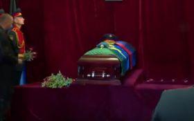 Ну не вірю я: в мережі обговорюють відео з похорону Захарченко, якого ховають у закритій труні