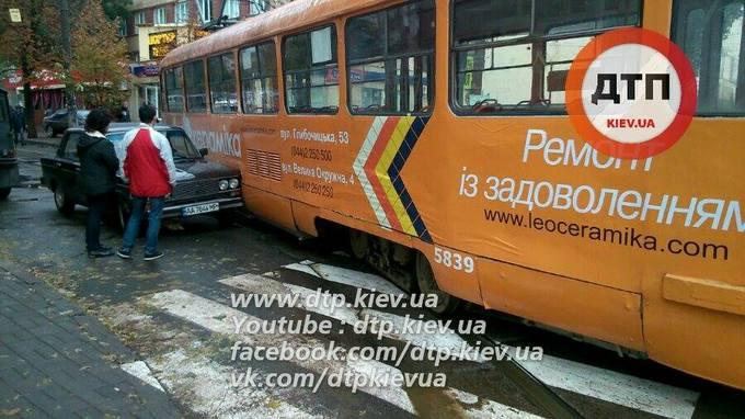 У Києві трамвай зійшов з рейок і зачепив авто: опубліковані фото (1)