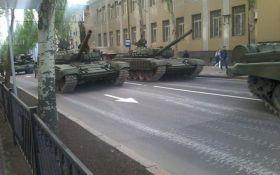 """Готуються до """"виборів"""": бойовики масово стягують танки і важку артилерію в Донецьк"""
