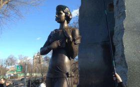 В Киеве вандалы надругались над памятником известной украинке: опубликовано фото