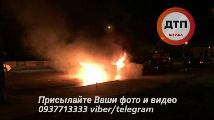 У Києві спалахнула фура: з'явилися фото і відео пожежі (1)