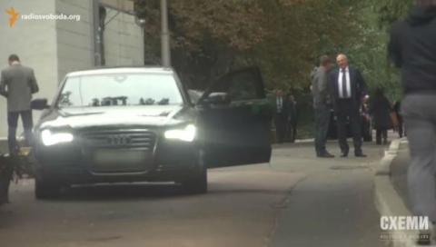 Журналісти дізналися зарплати в СБУ і зняли авто співробітників (5 фото, відео) (4)