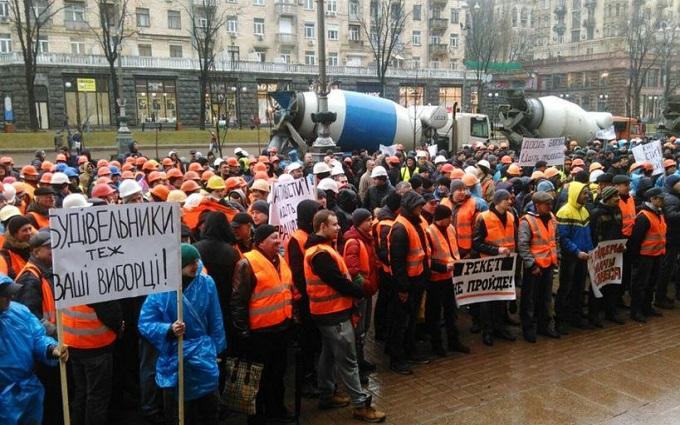 Движение в центре Киева перекрыли десятки бетономешалок: опубликованы фото и видео