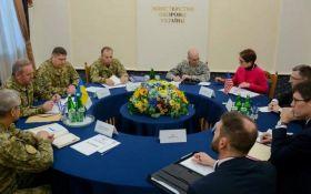 Обговорили ситуацію на Донбасі: в Києві Муженко зустрівся з Волкером