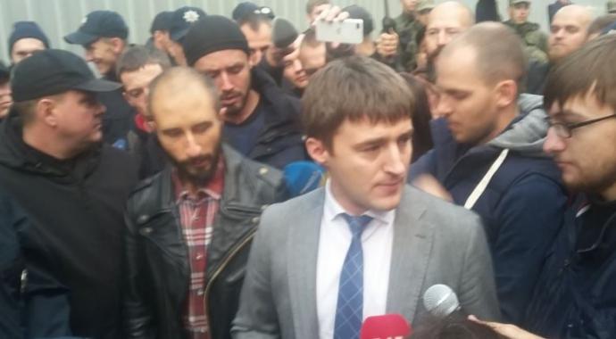 """Під офісом """"Інтера"""" в Києві сталася сутичка: з'явилися фото і відео (1)"""