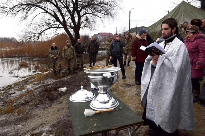 В зоне АТО военнослужащие отпраздновали Крещение (11 фото) (8)