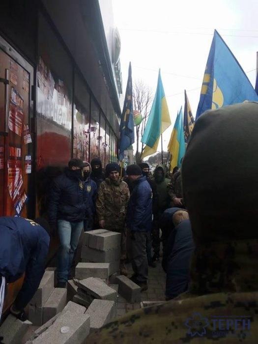 Российскому банку досталось еще в одном городе Украины: появились фото (2)