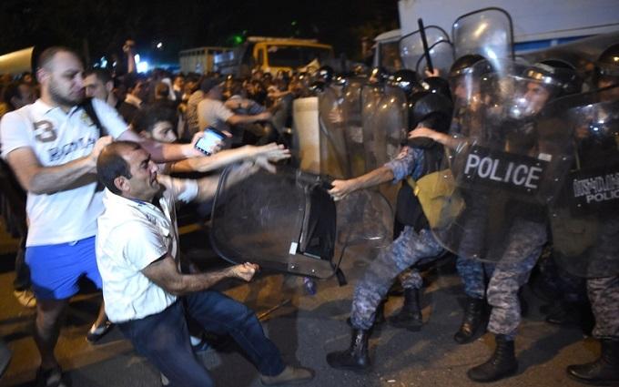 У Єревані силовики розігнали протестувальників під будівлею поліції