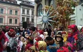 У Львові встановили гігантський різдвяний Дідух: опубліковані яскраві фото