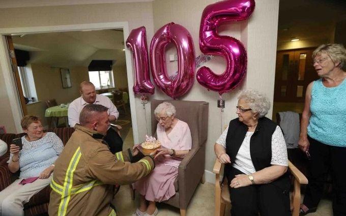 Бабуся замовила на 105-річний ювілей пожежника з татуюваннями: опубліковані фото і відео