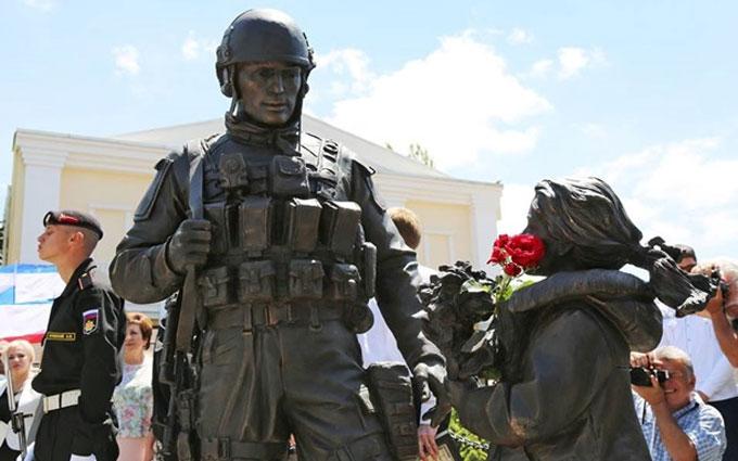 Французькі депутати в Криму кинулися цілувати пам'ятник окупантам: з'явилося фото