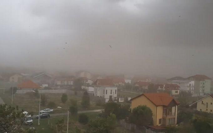 Из Румынии в Украину мчится мощный ураган: появились видео