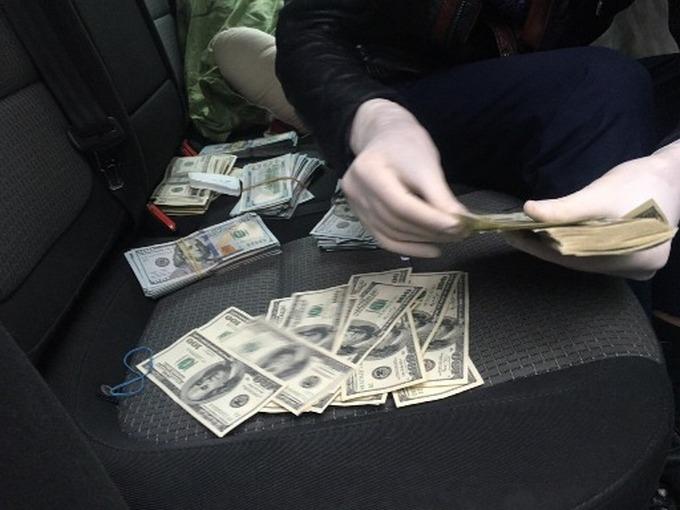Службовців одного з великих банків спіймали на великому хабарі: з'явилися фото (1)
