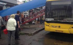 У Києві автобус зніс зупинку з людьми: з'явилися фото