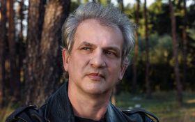 Экс-участник культовой российской группы госпитализирован с тяжелыми травмами