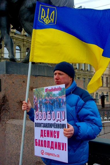 В Санкт-Петербурге избили активиста с украинским флагом: появились фото и видео (2)