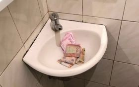 На Закарпатье взяточник пытался смыть деньги в унитаз: появились фото